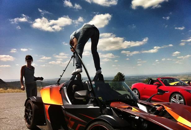 Andreas Riedmann bearbeitet den KTM X-Bow. Haltungsnote: 10