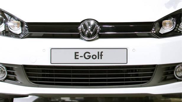 Der VW E-Golf von vorne.