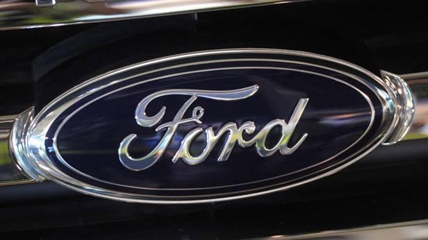 Das Logo von Ford auf dem Kühlergrill