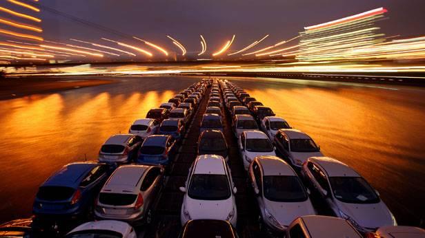Autos werden in ein Autoschiff verladen
