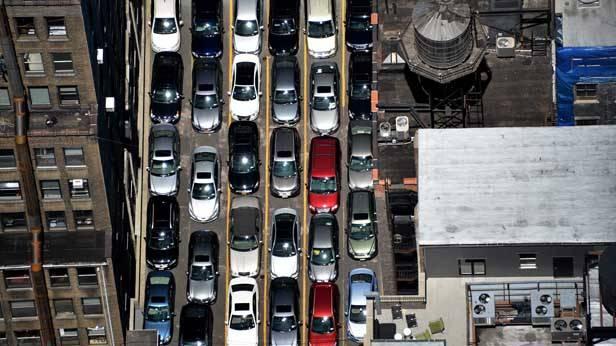 Blick von oben auf viele, dicht beieinander stehende, parkende Autos in New York