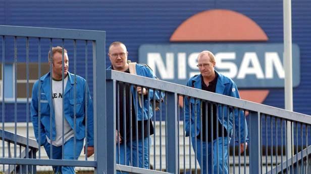 Arbeiter verlassen nach der Arbeit das Nissan Werk in England
