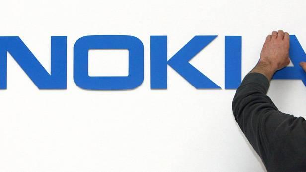 Ein Arbeiter montiert das Nokia Logo