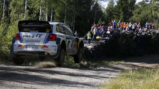 Sebastien Ogier in seinem VW-Polo bei der Finnland-Rallye. Alle Reifen sind in der Luft.