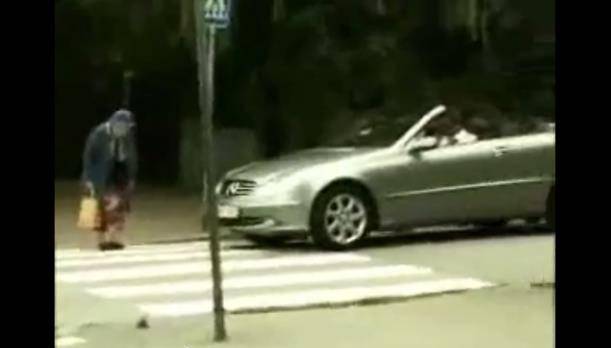 Treffen sich eine ältere Frau und ein Mercedes..