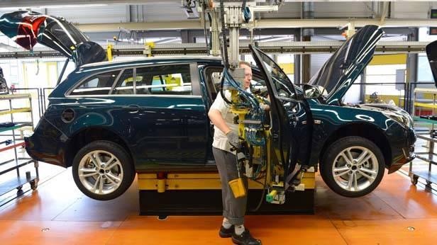 Ein Werksarbeiter von Opel bei der Montage des Insignia