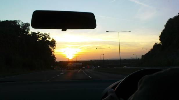 Sonnenuntergang auf der Autobahn