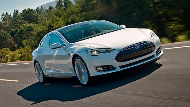 Tesla Model S fahrend vorne rechts