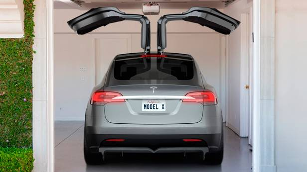 Tesla Model X in der Garage