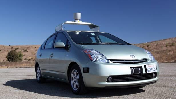 Der Toyota Prius mit der Vorrichtung zum eigenständigen Fahren