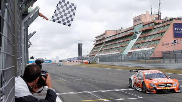 Robert Wickens fährt mit seinem Mercedes AMG C-Coupe durchs Ziel