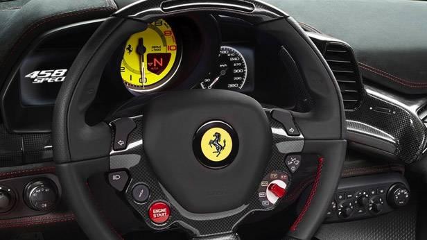 Das Lenkrad des Ferrari 458 Speciale