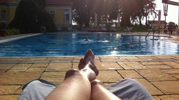 Am Pool im Hotel Hertelendy