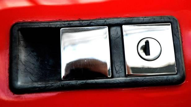 Rechteckiger Türgriff eines De Tomaso