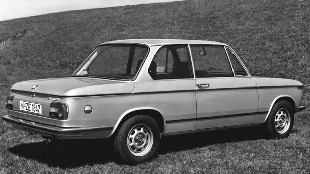 Der BMW 2002 tii seitlich