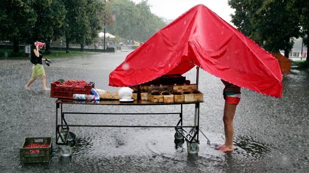 Ein Erdbeerstandl im Regen.