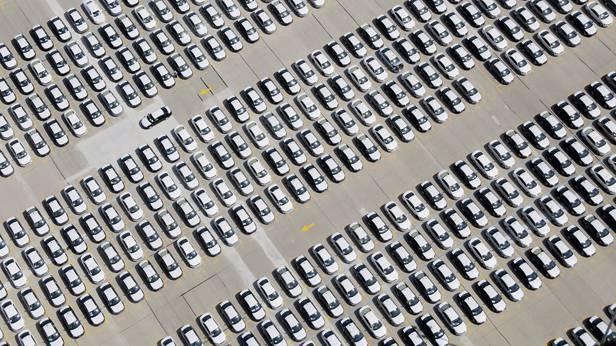 Autos auf einem Werksgelände