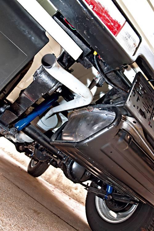 Suzuki sj 410 weiß unterboden auspuff