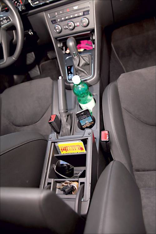 Seat Leon 2,0 TDI DSG Style rot ablage innenraum mittelkonsole