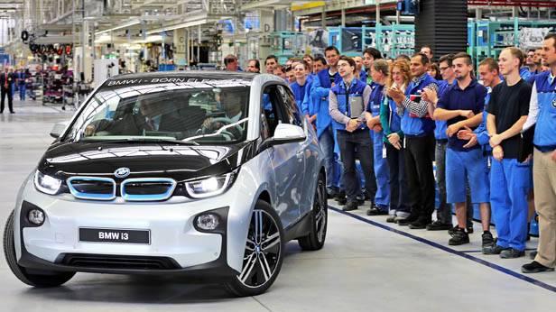 BMW-Mitarbeiter verfolgen den Produktionsstart des Elektrowagens i3