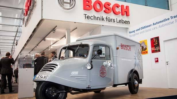 Der Messestand auf der IAA von Bosch, davor steht ein Oldtimer