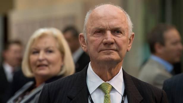 Volkswagen Aufsichtstratchef Ferdinand Piech im Vordergrund, dahinter seine Frau Ursula Piech