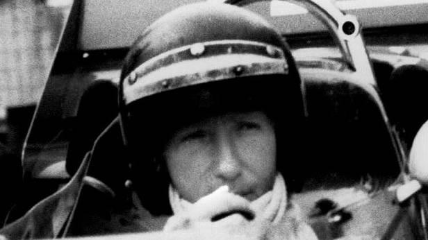 Jochen Rindt im Cockpit eines Rennautos