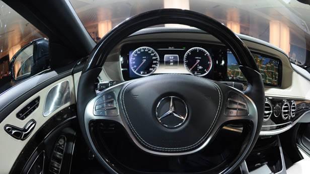 Das Lenkrad der Mercedes S-Klasse
