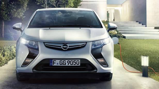 Der Opel Ampera von vorne, angschlossen an eine Aufladestation