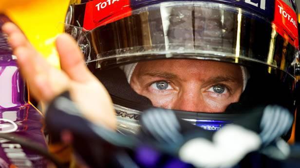 Sebastian Vettel mit Helm im Rennauto