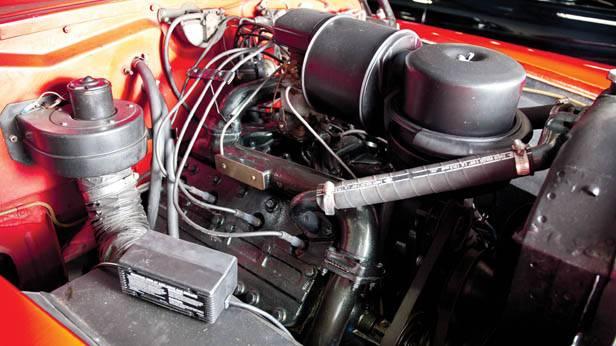 Der Motorraum des Cadillac Series 62 Convertible Coupé 1948