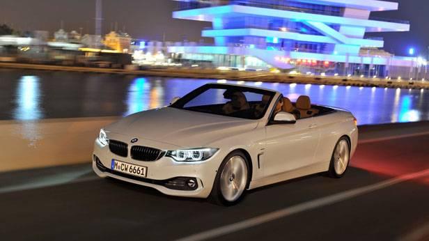 Das BMW 4er Cabrio in der Nacht auf der Straße