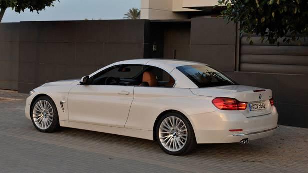 Das BMW 4er Cabrio steht vor einem Haus
