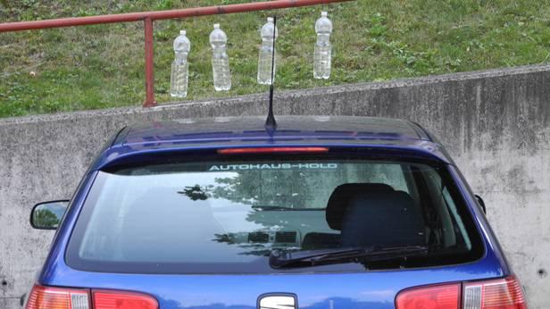 Flaschen hängen vor einem Auto