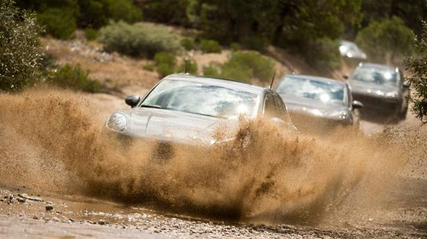 Vier Porsche Macan, offroad