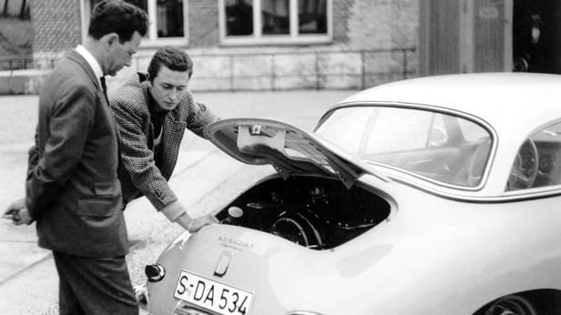 Ferry Porsche mit seinem ältesten Sohn Ferdinand Alexander, mit ihrem Porsche 356 Carrera