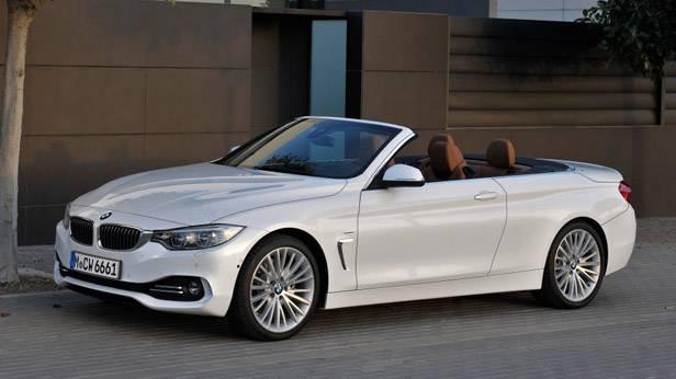 Das BMW 4er Cabrio vor einem Haus