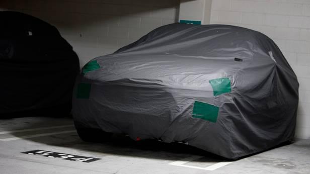 Der Porsche Macan unter einer Plane