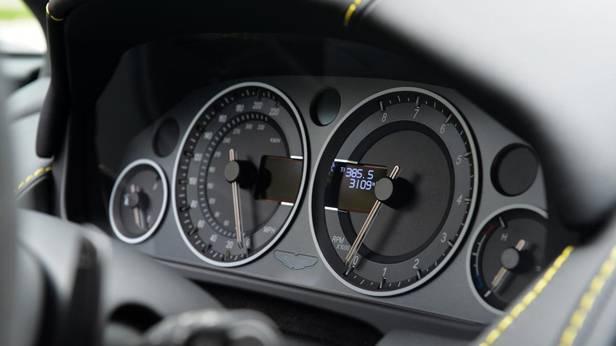 Aston Martin V12 Vantage S, der Tachometer