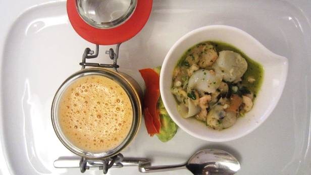 Flusskrebsschaum-Suppe mit Ceviche-Salat und Avocado