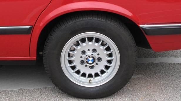 Ein Hinterreifen des BMW 524 td