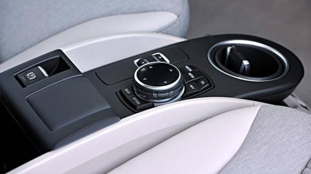 Der iDrive-Drehknopf und die Direktwahltasten im BMW i3