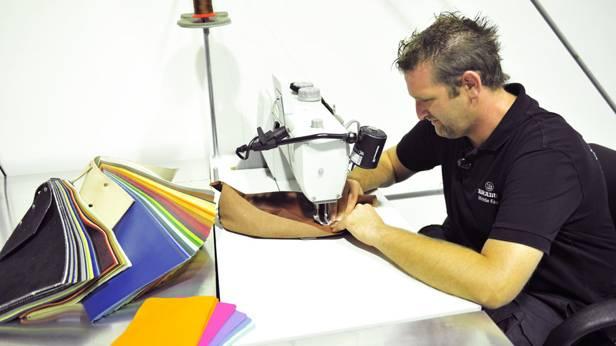 Ein Angestellter von Brabus an der Nähmaschine
