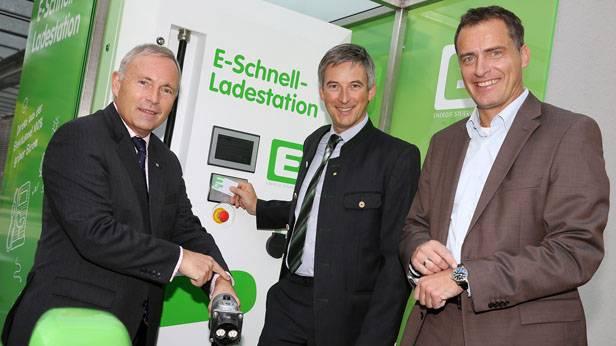 Energie Steiermark Vorstände DI Christian Purrer und DI Olaf Kieser mit dem Projektleiter für den Bereich E-Mobility, Ing. Markus Peyreder bei der Eröffnung der Schnell-Ladestation