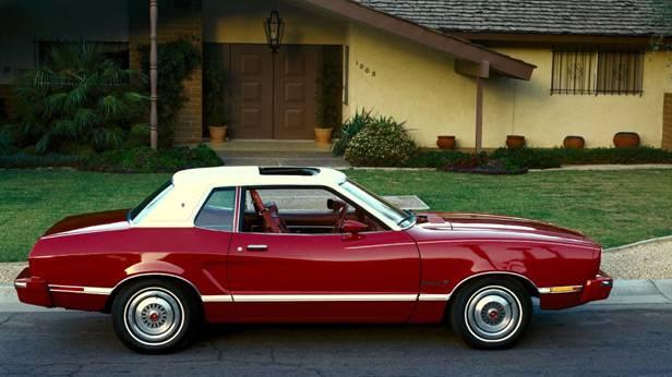 Der Ford Mustang II aus dem Jahr 1974, steht vor einem Haus