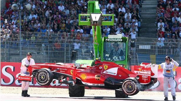 Formel 1 Felipe Massas Rennauto wird abgeschleppt