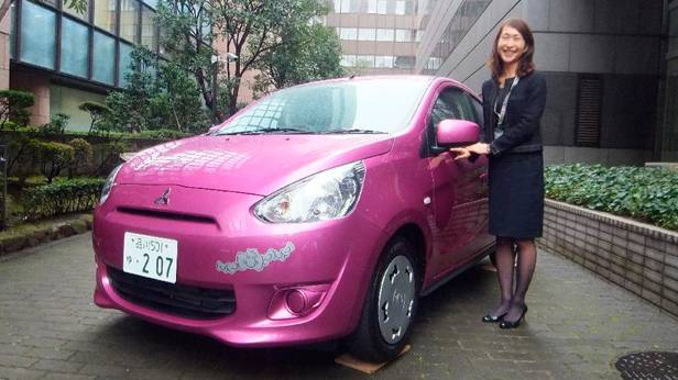 Ein rosaroter Mitsubishi Space Star Hello Kitty-Edition
