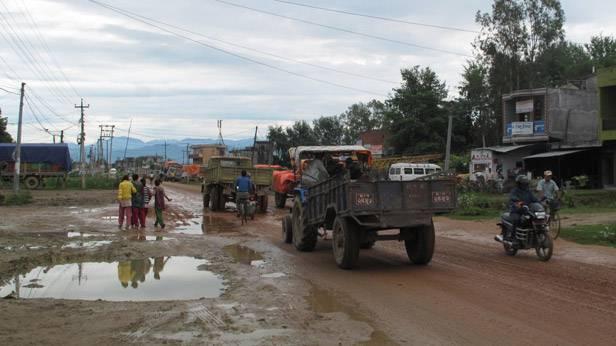 Eine Straße mit Löchern in Nepal