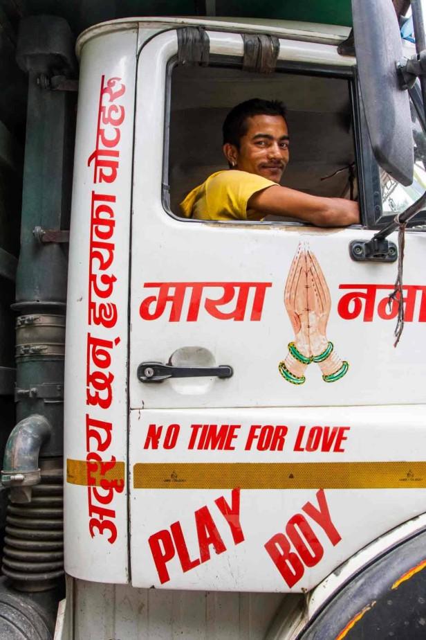 Ein Lkw-Fahrer sieht aus dem Fenster eines Lkw