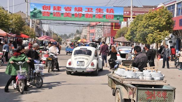 Der Käfer bei der Oldtimer Rallye in China, Passanten sind neugierig
